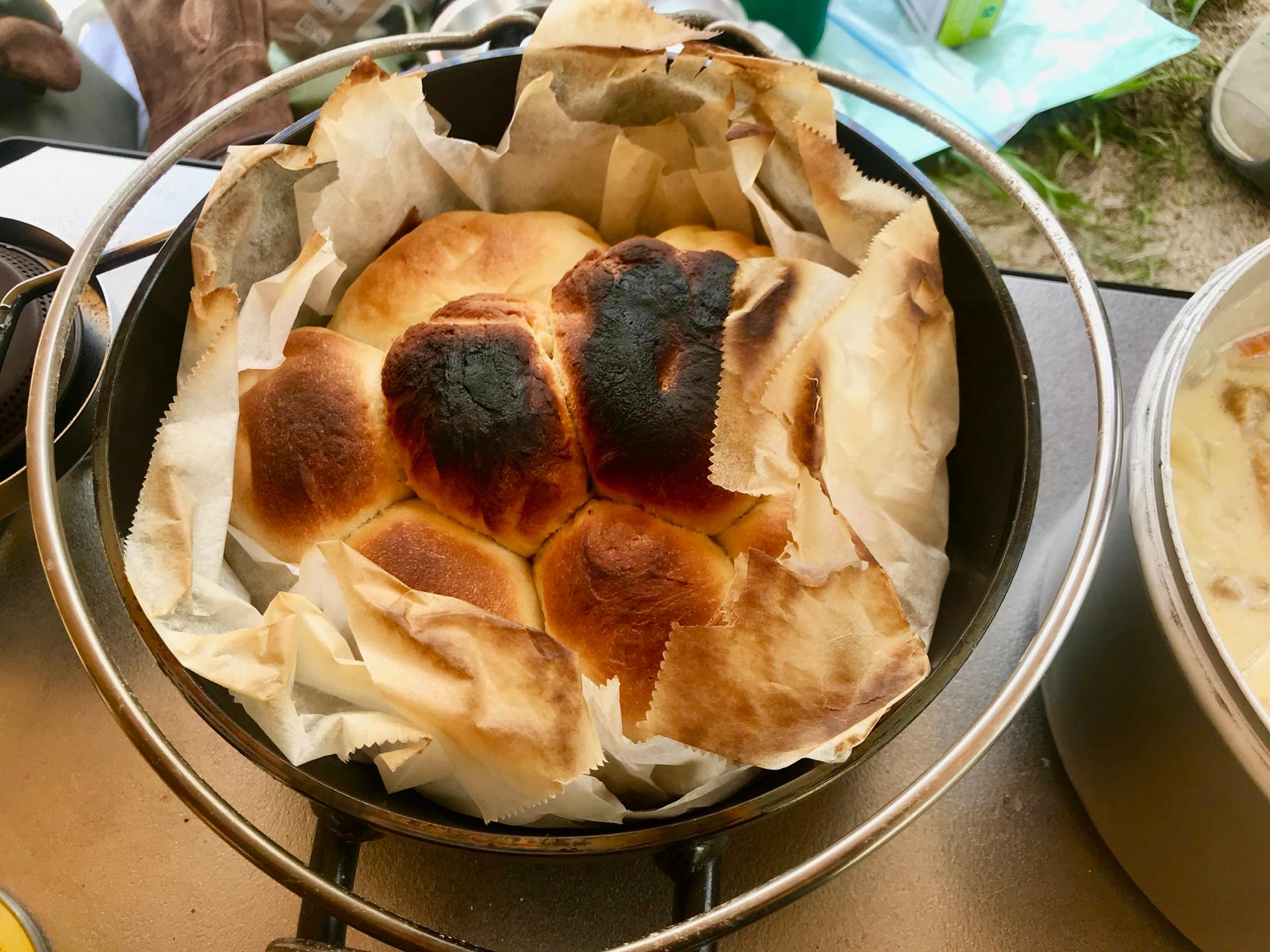 「ユニフレーム ダッチオーブン スーパーディープ 8インチ」でロールパンを焼いてみた